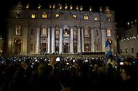 Città del Vaticano, 13 Marzo, 2013. Pellegrini da tutto il mondo hanno atteso in Piazza San Pietro sotto una pioggia battente la fumata bianca che ha portato all'elezione di Papa Francesco. Migliaia di telefonini e IPad sono stati accesi per riprendere il solenne momento dell'apparizione del nuovo Papa.