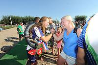 FIERLJEPPEN: VLIST: 22-08-2015, NK Fierljeppen/Polstokverspringen, felicitaties voor winnares Klaske Nauta (dames) 16.31m, ©foto Martin de Jong