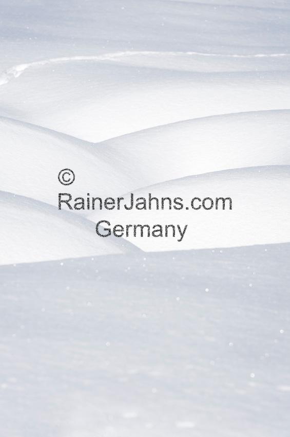 Austria, Tyrol, bank of snow | Oesterreich, Tirol, Schneeverwehung