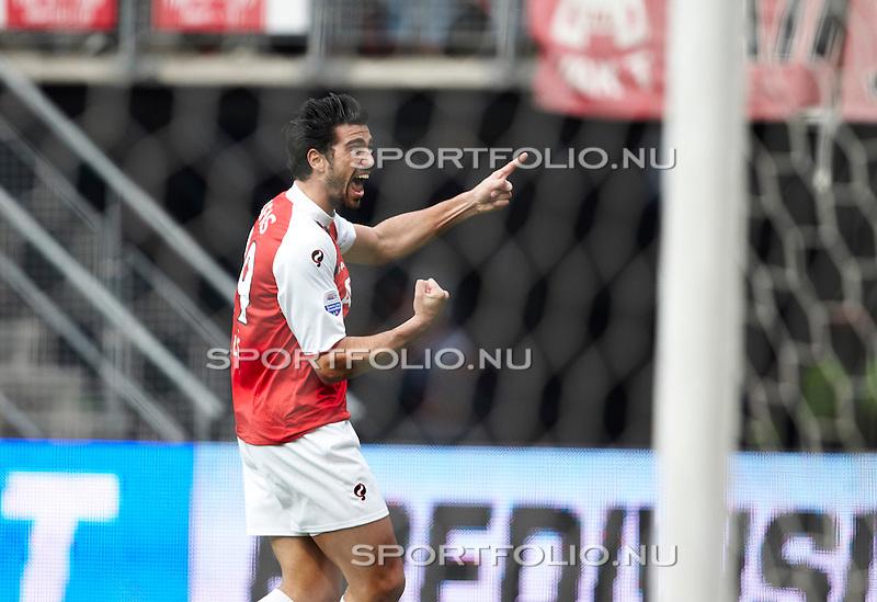 Nederland, Alkmaar, 31 oktober 2010 .Eredivisie .Seizoen 2010-2011 .AZ-Feyenoord (2-1) .Graziano Pelle van AZ juicht nadat hij een doelpunt heeft gemaakt, 2-0