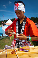 Japanese scout showing how to make a rubber band gun. Photo: Mikko Roininen / Scouterna