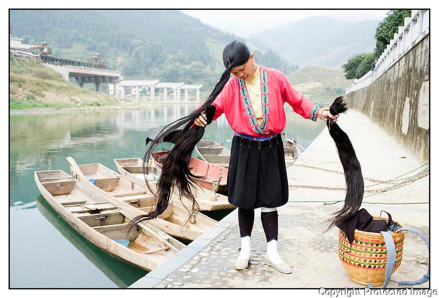 Chine<br /> March&eacute; de long Pi, femme Yao.