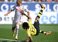 Fussball  1. Bundesliga  Saison 2013/2014    FC Augsburg - Borussia Dortmund      10.08.2013 Pierre-Emerick Aubameyang (re, Borussia Dortmund)erzielt hier das Tor zum 0-1 gegen Matthias Ostrzolek (FC Augsburg)