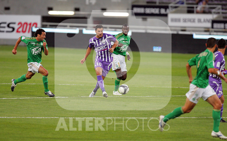 Andre-Pierre Gignac attacks in the first half for Toulouse. Toulouse v Saint Etienne (3-1), 2eme Journee, Ligue 1 2009/2010, Stade Municipal, Toulouse, France, 15th August 2009.