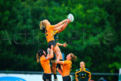 23.08.2015. Dublin, Ireland. Women's Sevens Series Qualifier 2015. Netherlands versus South Africa. Marithy Pienaar (South Africa) and Janice Jackelien Ijdens (Netherlands) challenge for the lineout ball.
