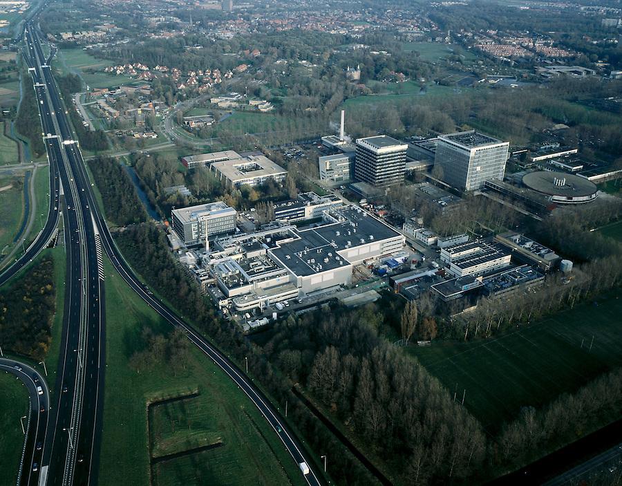 Nederland, Zuid-Holland, Leiden, 01-12-2005; luchtfoto (25% toeslag); meest westelijk deel Bio Science Park Leiden, direct naast de A44 (Amsterdam-Wassenaar), met in de vierkante hoogbouw Faculteit der Wiskunde en Natuurwetenschappen en Mathematisch Instituut (Universiteit Leiden); het complex linksonder bevat onder andere de productiehal van medicijnen bij Centocor (de grootste Nederlandse fabrikant van geneesmiddelen op basis van biotechnologie); de wetenschappelijk campus begint bij het centraal station van Leiden (verder naar rechts, buiten beeld) met Leids Universitair Medisch Centrum (LUMC) en Museum Naturalis; Oegstgeest in de achtergrond, links van de weg met bocht: nieuwbouw op terrein Jelgersmakliniek, rechts Endegeest en kasteel Nieuweroord; .kenniseconomie, bioscience, life sciences, farmacie.(zie ook andere (lucht)foto's van Leiden).foto Siebe Swart