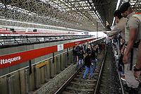 SÃO PAULO,SP,05.06.2014 - GREVE METRO - Usuarios invadem estação Itaquera  da CPTM na zona leste funcionarios do Metro estão em greve desde a 0h de hoje (05).(Foto Ale Vianna/Brazil Photo Press).