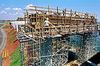 Construção de ponte na divisa de SP. com MS. 1997. Foto de Dudu Cavalcanti.