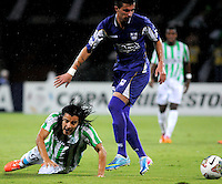 MEDELLÍN -COLOMBIA-08-05-2014. Sherman Cardenas (Izq) de Atlético Nacional de Colombia disputa el balon con Emilio Zeballos (Der) de Defensor Sporting de Uruguay durante el partido de ida por los cuartos de final de la Copa Bridgestone Libertadores 2014 jugado en el estadio Atanasio Girardot de Medellín, Colombia./ Sherman Cardenas (L) player of Atletico Nacional of Colombia battles for the ball with Emilio Zeballos (R) of Defensor Sporting of Uruguay during first leg match for the quaterfinals of the Copa Libertadores championship 2014 played at Atanasio Girardot stadium in Medellin, Colombia. Photo: VizzorImage/ Luis Ríos /STR