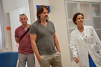 Milano, Ospedale Niguarda, Ray Wilson, cantautore ed ex frontman dei Genesis, in visita ai pazienti del Centro NEMO, centro ad alta specializzazione per il trattamento delle patologie neuromuscolari.<br /> Milan, Niguarda, Ray Wilson, songwriter and former frontman of Genesis, visiting patients in the NEMO Centre, highly specialized center for the treatment of neuromuscular diseases.