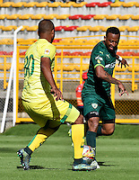BOGOTA - COLOMBIA -05 -11-2016: Carlos Peralta (Der.) jugador de La Equidad disputa el balón con Luis Payares (Izq.) jugador de Atletico Bucaramanga, durante partido entre La Equidad y Atletico Bucaramanga, por la fecha 19 de la Liga Aguila II-2016, jugado en el estadio Metropolitano de Techo de la ciudad de Bogota. / Carlos Peralta (R) player of La Equidad vies for the ball with Luis Payares (L) player of Atletico Bucaramanga, during a match La Equidad and Atletico Bucaramanga, for the  date 19 of the Liga Aguila II-2016 at the Metropolitano de Techo Stadium in Bogota city, Photo: VizzorImage  / Luis Ramirez / Staff.