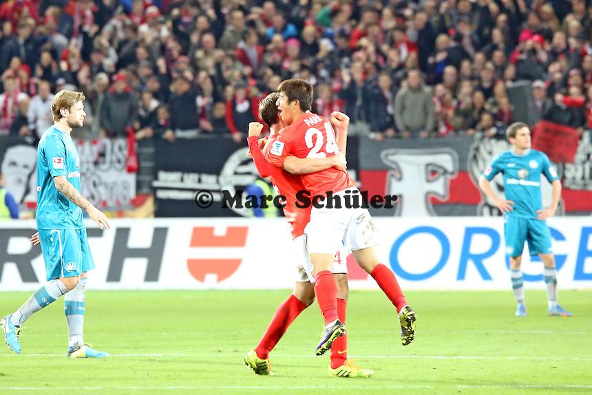 Siegesjubel Mainz von Shinji Okazaki und Nikolce Noveski - 1. FSV Mainz 05 vs. Eintracht Frankfurt, Coface Arena, 12. Spieltag