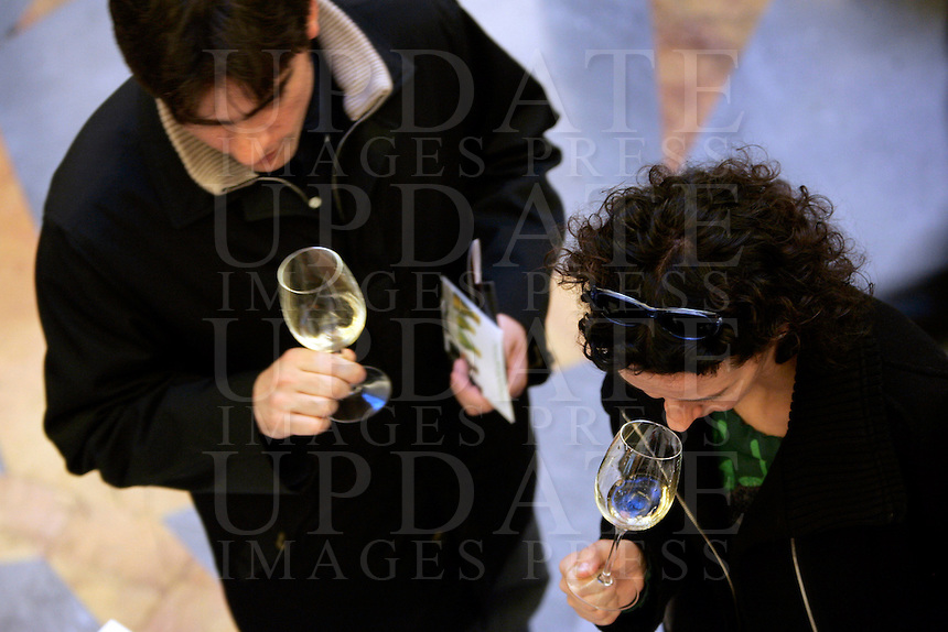 Ultima giornata del Roma Wine Festival, 2 marzo 2008..Visitors hold glasses of wine at the Rome Wine Festival, 2 march 2008..UPDATE IMAGES PRESS/Riccardo De Luca