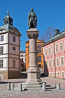The red pink Stenbockska Palatset on Riddarholmen, seat of the Regeringsrätten court, dating from the 17th century. Statue of Birger Jarl (B Magnusson) on Riddarholmen. Stockholm. Sweden, Europe.