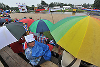 FIERLJEPPEN: POLSBROEKERDAM: 24-08-2013, NK Fierljeppen, langdurige regenpauze tijdens het NK, ©foto Martin de Jong