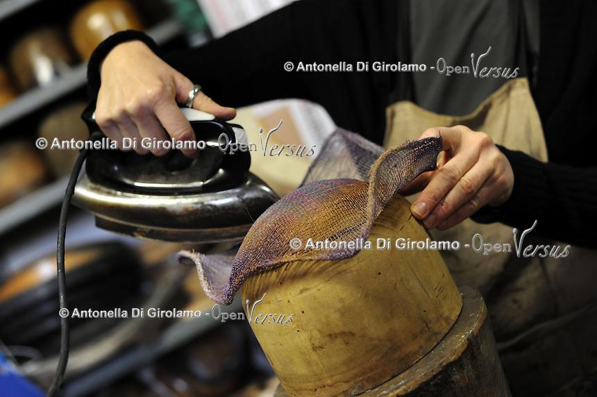 Ulrike Lerch, creatrice di cappelli per importanti sartorie teatrali,mentre prepara dei prototipi di nuovi cappelli.<br /> Ulrike Lerch, maker of hats for major theatrical fashion, while preparing the prototypes of new hats.