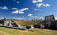 Italien, Umbrien, Gubbio: mittelalterliche Stadt mit dem Palazzo dei Consoli - Konsulenpalast - hier das Teatro Romano (Amphitheater) | Italy, Umbria, Gubbio: medieval town with Palazzo dei Consoli and Teatro Romano