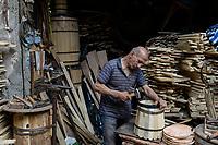EGYPT, Cairo, cooper making wooden tub / AEGYPTEN, Kairo, Verarbeitung von Holz, Boettcher, Fassmacher