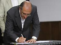 SAO PAULO, SP, 18 MARCO 2013 - ASSINATURA CONVENIO ATIVIDADE  DELEGADA -  O governador Geraldo Alckmim participa da assinatura do convenio de atividade delegada, um convenio que acrescenta novas atribuicoes a parceria da atividade delegada, firmada em 2009 pelo Governo do Estado e a  Prefeitura de SP  no palacio Bandeirantes nessa segunda 18. (FOTO: LEVY RIBEIRO / BRAZIL PHOTO PRESS)