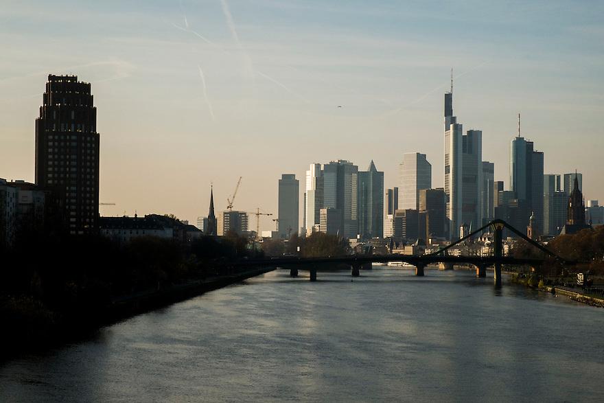 Duitsland, Frankfurt am Main, 23 nov 2014<br /> Zicht op het financiele centrum van Frankfurt. De stad is het voornaamste financi&euml;le centrum van Duitsland: de Deutsche Bundesbank en de Duitse beurs zijn er gevestigd, evenals de Europese Centrale Bank ECB (niet op deze foto)<br /> Foto: (c) Michiel Wijnbergh