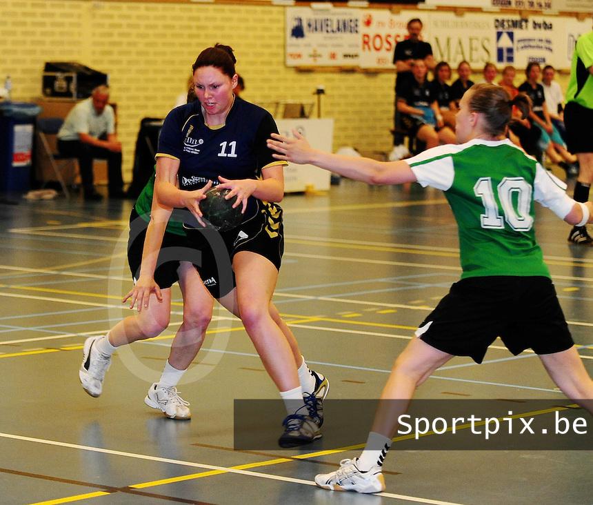 DHT Middelkerke - Izegem - Bocholt : Ann-Sofie Verkempinck probeert door de defensie van Bocholt te snijden.foto VDB / BART VANDENBROUCKE