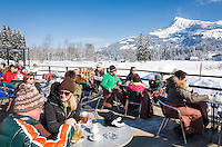 Austria, Tyrol, Reith near Kitzbuhel: café and winter scenery at idyllic Schwarzsee (Black Lake) on the outskirts of Kitzbuhel, at background Kitzbuhel Horn mountain | Oesterreich, Tirol, Reith bei Kitzbuehel: Café und Winterlandschaft am Schwarzsee, im Hintergrund das Kitzbueheler Horn