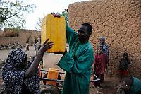 NIGER , Sahel, Zinder, water supply in village BABAN TAPKI / Wasserversorgung, Dorfbewohner holen Wasser von einem Brunnen