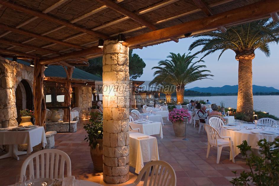 """Europe/France/2A/Corse-du-Sud/Porto-Vecchio: lumière du soir sur le Golfe de Porto-Vecchio à la terrasse du restaurant """"Le Belvedere"""" route de Palombaggia"""