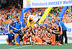 The Hague, Netherlands, June 14: Team of The Netherlands poses for the cameras after the win of the World Cup Trophy after the field hockey gold medal match (Women) between Australia and The Netherlands on June 14, 2014 during the World Cup 2014 at Kyocera Stadium in The Hague, Netherlands. Final score 2-0 (2-0)  (Photo by Dirk Markgraf / www.265-images.com) *** Local caption ***