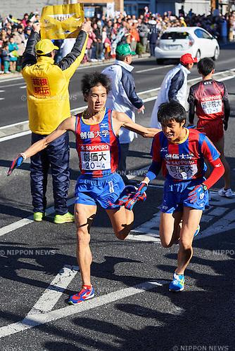 (L-R) Noriaki Oyama,   (Soka Univ), <br /> JANUARY 2, 2015 - Athletics : The 91st Hakone Ekiden Race, Odawara Relay place in Kanagawa, Japan. (Photo by AFLO SPORT)