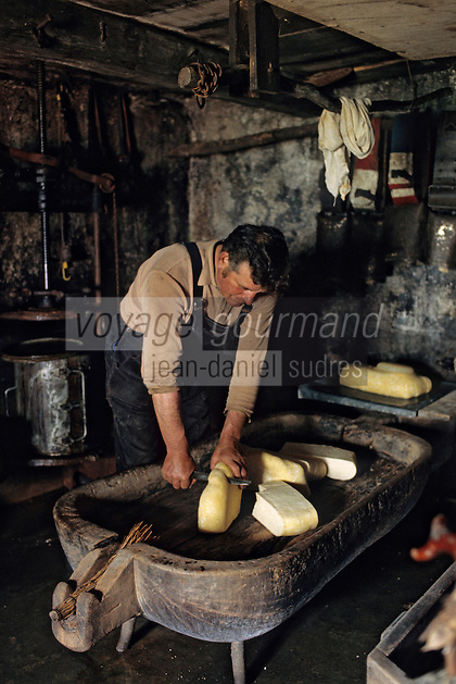 "Europe/France/Auvergne/12/Aveyron : Aubrac - Fabrication de la ""Fourme de Laguiole"" au buron de Canut [Non destiné à un usage publicitaire - Not intended for an advertising use]<br /> PHOTO D'ARCHIVES // ARCHIVAL IMAGES<br /> FRANCE 1980"