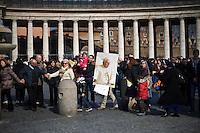 Fedeli in Piazza San Pietro assistono all'Angelus di Papa Benedetto XVI
