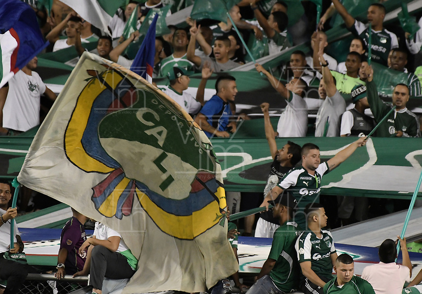 PALMIRA - COLOMBIA, 26-05-2019: Hinchas del Cali animan a su equipo durante partido entre Deportivo Cali y Atlético Nacional por la fecha 4, cuadrangulares semifinales, de la Liga Águila I 2019 jugado en el estadio Deportivo Cali de la ciudad de Palmira. / Fans of Cali cheer for their team during match for the date 4, semifinal quadrangulars,, as part Aguila League I 2019 between Deportivo Cali and Atletico Nacional at Deportivo Cali stadium in Palmira city.  Photo: VizzorImage / Gabriel Aponte / Staff