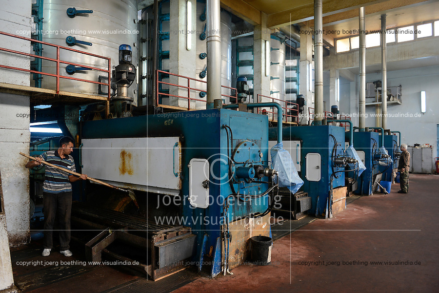 TURKEY, Adana, Pakmil ginning factory, processing of harvested conventional cotton, oil mill, vegetable oil will be pressed from cotton kernel / TUERKEI, Adana, Baumwolle Entkernungsfabrik Pakmil, Oelmuehle, aus den Baumwollsamen wird Oel gepresst