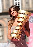 the actress Alessia Ventura carries the trophy during  the  team's presentation for the 96th Giro d'Italia cycling tour at Piazza del Plebiscito in Naples..                                                                                                             NAPOLI 03/05/2013 PRESENTAZIONE DEI CORRIDORI DEL 96° GIRO D'ITALIA..FOTO CIRO DE LUCA