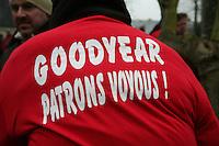 """manifestation pour le travail manifestante di spalle """"i dirigenti di Goodyear sono disonesti"""""""
