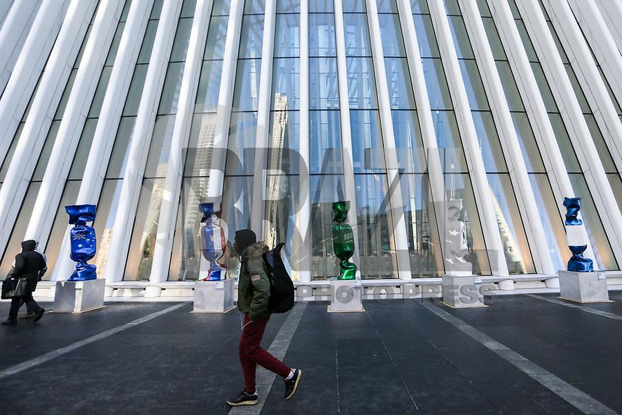 """NOVA YORK, EUA, 14.01.2019 - EUA-EXPOSIÇÃO - Uma escultura com a bandeira da Arábia Saudita, parte de uma exposição chamada """"Candy Nations"""" é retratada do lado de fora do Oculus, um dos edifícios que substituiu o original World Trade Center em 14 de janeiro de 2019, em Nova York. - Candy Nations representando as bandeiras de cada um dos países do G20 como confecções embrulhadas de 9 pés de altura, tem atraído críticas por sua colocação fora do 1 World Trade Center.(Foto: William Volcov/Brazil Photo Press)"""