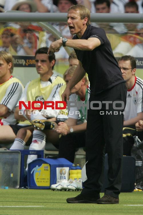 FIFA WM 2006 -  Gruppe A  Vorrunde ( Group A )<br /> Play   #33 (20-Jun) - Ecuador - Deutschland 0:3<br /> <br /> Bundestrainer J&uuml;rgen Klinsmann von Deutschland schreit Anweisungen aufs Spielfeld.<br /> <br /> Foto &copy; nordphoto