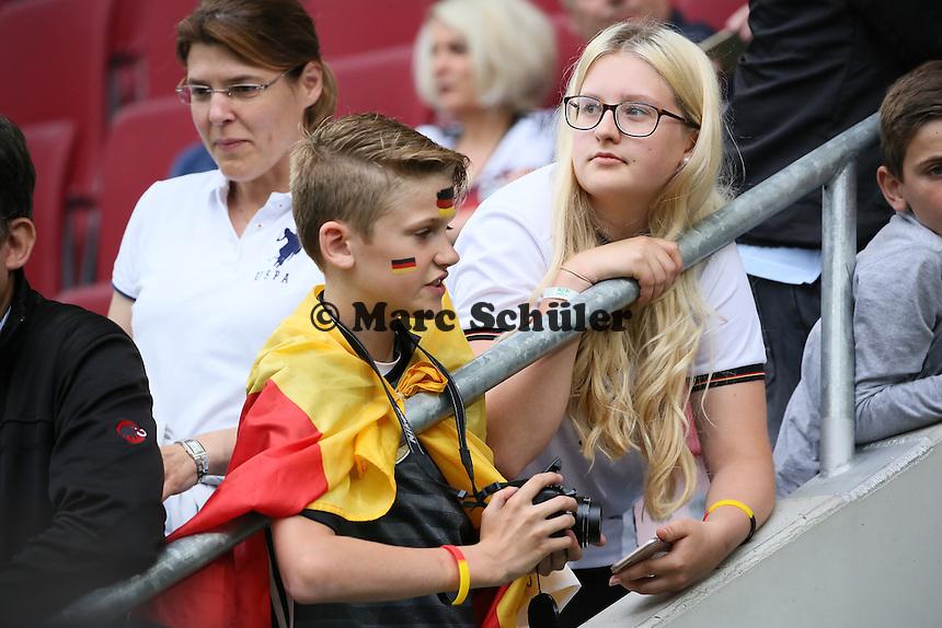 Fans warten auf die Mannschaft -  Deutschland vs. Slowakei, Benefizspiel, WWK Arena Augsburg