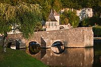 Europe/France/Aquitaine/24/Dordogne/Brantome: <br /> L'abbaye Saint-Pierre de Brantôme est une ancienne abbaye bénédictine - Pont et Pavillon renaissance: Ce pavillon et la tour ronde étaient autrefois reliés par une porte avec chemin de ronde. De la tour, une muraille rejoignait la falaise. L'ensemble formait la défense sud de l'abbaye et du château abbatial.