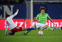 FUSSBALL   1. BUNDESLIGA   SAISON 2011/2012    10. SPIELTAG Hamburger SV - VfL Wolfsburg                                22.10.2011 Tomas RINCON (li, Hamburg) gegen Koo JA-CHEOUL (re, Wolfsburg)