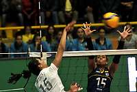 BOGOTÁ-COLOMBIA, 07-01-2020: María Pérez de Venezuela, clava el balón a María Marín de Colombia, durante partido entre Venezuela y Colombia en el Preolímpico Suramericano de Voleibol, clasificatorio a los Juegos Olímpicos Tokio 2020, jugado en el Coliseo del Salitre en la ciudad de Bogotá del 7 al 9 de enero de 2020. / María Pérez from Venezuela, spikes the ball to Maria Marin from Colombia, during a match between Venezuela and Colombia, in the South American Volleyball Pre-Olympic Championship, qualifier for the Tokyo 2020 Olympic Games, played in the Colosseum El Salitre in Bogota city, from January 7 to 9, 2020. Photo: VizzorImage / Luis Ramírez / Staff.