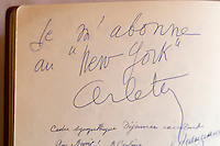 """Europe/France/Provence-Alpes-Côte d'Azur/13/Bouches-du-Rhône/Marseille: Détail du livre d'or du restaurant """"New-York"""" dans les années 1960 Autographe d'Arlety"""