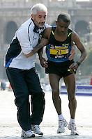 L'etiope Shumye Tafere Alemayehu viene assistito dopo essere stato colto da un malore all'arrivo della Maratona di Roma, al Colosseo, 22 marzo 2009..Shumye Tafere Alemayehu of Ethiopia receives assistance as he is taken ill at the arrive of the Rome's Marathon, 22 march 2009 at the Colosseum..UPDATE IMAGES PRESS/Riccardo De Luca