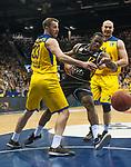 07.01.2018, EWE Arena, Oldenburg, GER, BBL, Eisb&auml;ren EWE Baskets Oldenburg vs WALTER Tigers T&uuml;bingen, im Bild<br /> <br /> Javon McCREA (T&uuml;bingen #12 )<br /> Rasid MAHALBASIC, Phillip SCHWETHELM  (EWE Baskets Oldenburg #24,#33)<br /> Foto &copy; nordphoto / Rojahn