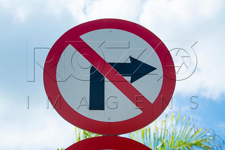 Placa de proibido virar à direita , Aparecida - SP, 10/2016.