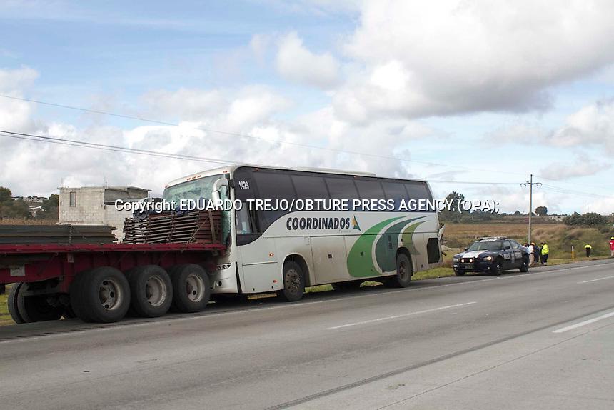 Jilotepec, Estado de M&eacute;xico. &ndash; El choque por alcance entre un autobus contra una plataforma estacionada provoc&oacute; una carambola de transportes pesados en el kil&oacute;metro 95 de la autopista Quer&eacute;taro-Mexico.<br /> El accidente ocurri&oacute; a la 8 de la ma&ntilde;ana con un saldo de 15 lesionados, 5 de ellos graves, mismos que fueron trasladados por elementos de CAPUFE a la ciudad de Tula en el estado de Hidalgo.<br /> Los vehiculos involucrados en el primer incidente son un autobus de la l&iacute;nea Coordinados Premier, n&uacute;mero econ&oacute;mico 1429 y placas 869hz2 para el transporte p&uacute;blico federal y el trailer Kenworth con plarafotma y placas 651 EN 8. Quedando sobre el acotamiento del lado derecho.<br /> Instantes despu&eacute;s del choque dos veh&iacute;culos pesados m&aacute;s chocaron entre si quedando en la cuneta central, estos son un torton Kenworth placas 150Am5 y tracto cami&oacute;n Volvo con una pipa con placas 996UJ3.<br /> Al lugar acudieron servicios de emergencia de CAPUFE, Cruz Roja Delegaci&oacute;n San Juan del R&iacute;o, y policias estatal y federal. Foto Eduardo Trejo/Obture Press Agency