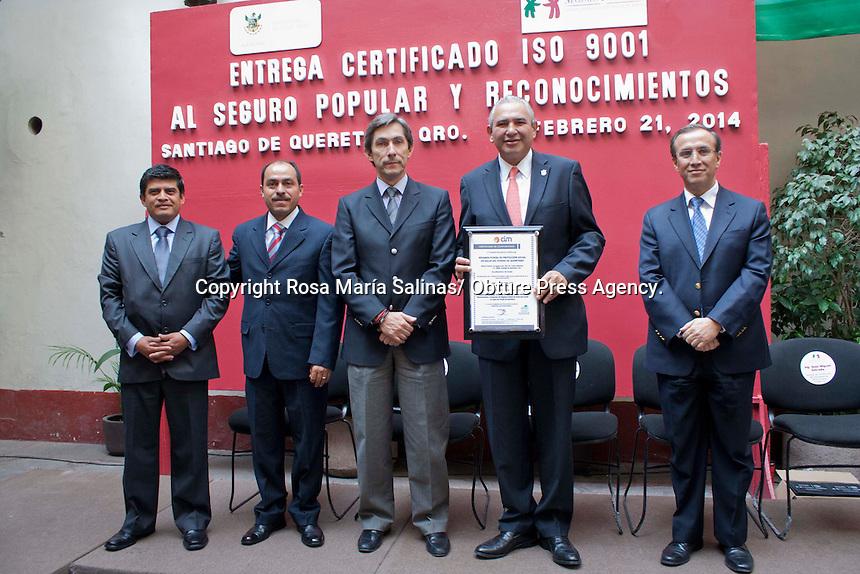 Quer&eacute;taro, Qro. 21 febrero 2014.-  El Secretario de Salud en el estado, Mario C&eacute;sar Garc&iacute;a Feregrino recibi&oacute; el reconocimiento que se le otorg&oacute; al seguro popular; certificado ISO 9001. <br /> Adem&aacute;s en se dieron reconocimientos a personal de esta instituci&oacute;n. <br /> Foto: Rosa Mar&iacute;a Salinas / Obture Press Agency.