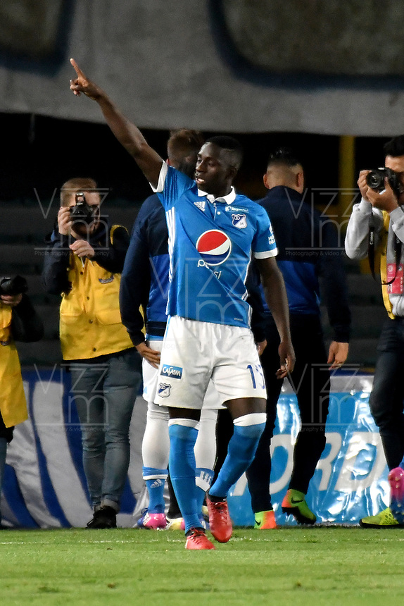 BOGOTA - COLOMBIA - 19-03-2017: Deiver Machado, jugador de Millonarios, celebra el tercer gol anotado a Independiente Santa Fe, durante partido de la fecha 10 entre Millonarios y el Independiente Santa Fe, por la Liga Aguila I-2017, jugado en el estadio Nemesio Camacho El Campin de la ciudad de Bogota. / Deiver Machado, player of Millonarios celebrates the third scored goal to Independiente Santa Fe, during a match of the date 10 between Millonarios and Independiente Santa Fe, for the Liga Aguila I-2017 played at the Nemesio Camacho El Campin Stadium in Bogota city, Photo: VizzorImage / Luis Ramirez / Staff.