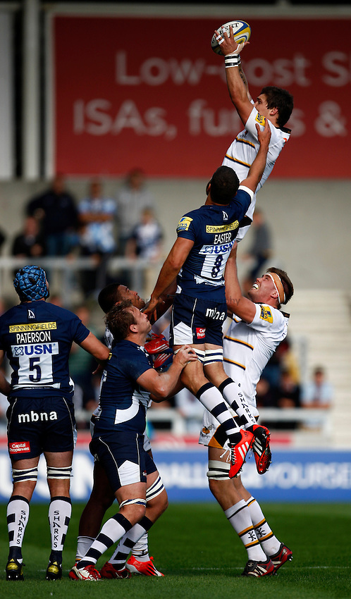 Photo: Richard Lane/Richard Lane Photography. Sale Sharks v Wasps. Aviva Premiership. 05/10/2014. Wasps' Guy Thompson wins a lineout.
